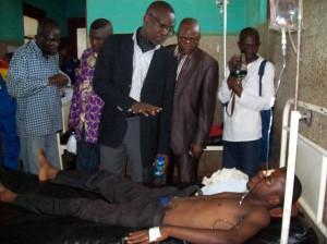 Le Vice-Gouverneur réconforte un étudiant de l'UK blessé/Photo Infobascongo(Jean-Luc)