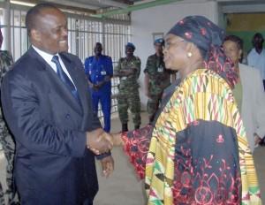 Le Sénateur Jacques Mbadu(alors Gouverneur)salue Mme Adedeji/Infobascongo