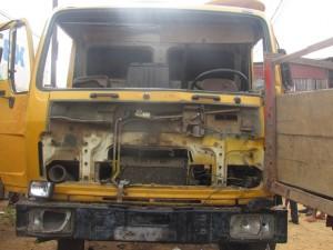 Un véhicule accidenté et pillé à Minkondo/Infobascongo