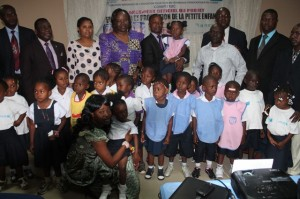 Le vice-gouverneur Atou Matubuana,la ministre de la Santé,les enfants et autres invités à Stone Palace à Matadi/Infobascongo