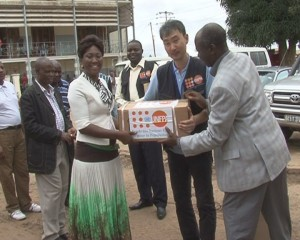 Remise symbolique des médicaments de lutte contre la mortalité maternelle et infantile par Ohashi Keita,représentant résidant ai de l'UNFPA à la conseillère du ministre de la Santé devant la maternité provinciale/Franck Mbayi