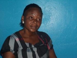 Vicky,revendeuse du carburant à Moanda/Infobascongo