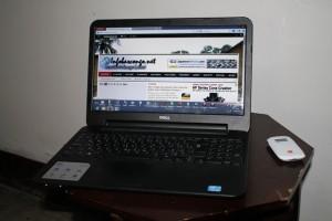 Un modem wifi à coté d'un ordinateur portable/Infobascongo