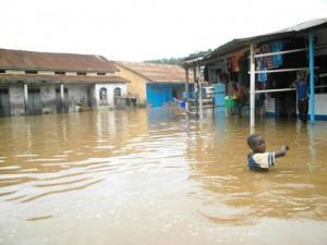 Une vue d'une rue Tshela sous eaux/Photo Faustin Muanda