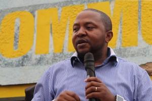 Le député national Albert Fabrice Puela s'adressant aux matadiens
