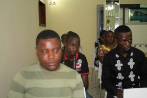 Quelques journalistes suivant les orateurs / Infobascongo