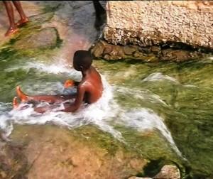 Hommes et femmes se baignent dans cette source/infobascongo