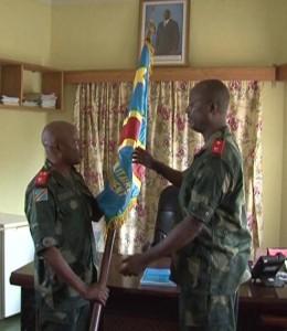 Le général Mayala passe l'étendard à son successeur / Infobascongo