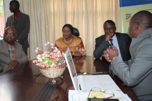Le directeur de laboratoire de 'OCC fournit des explications à la ministre du Commerce