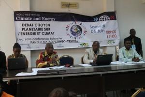 Les orateurs devant auditoire/Infobascongo