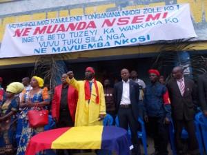 Né Muanda Nsemi devant la maison communale de Mvuzi