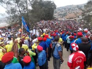 Les adeptes de Bundu dia Mayala et la population au meeting de Né Muanda Nsemi