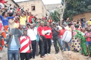 Des habitants en liesse lors de l'inauguration du pont Luthelo à Nzinga Lutete/Infobascongo