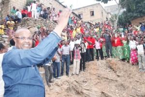 Muller Luthelo ovationné par les habitants de Nzinga Lutete à Matadi/Infobascongo