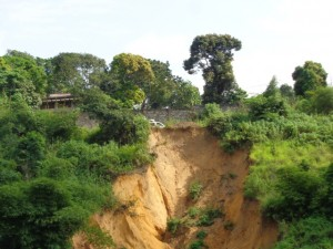 Erosion à Mbanza-Ngungu à proximité de la nationale numéro 1 Matadi-Kinshasa/Infobascongo