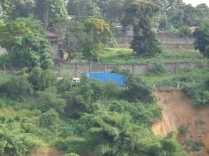 Un gros véhicule à Mbanza-Ngungu sur la nationale numéro 1 Matadi-Kinshasa menacée de coupure par une érosion/Infobascongo