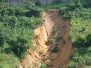 Menace de coupure de la nationale N°1 Matadi-Kin pae une érosion à Mbanza-Ngungu /Infobascongo