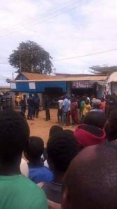 Des habitants de Kimpese observent l'arestations des ''makesas''au poste de police /Infobascongo