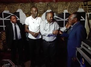 Le ministre des Congolais de l'etranger Emmanuel Ilunga et la vice-ministre de la Coopération au développement Freddy Kita s'entretiennent avec le professeur Kirongozi,président de la FAF à Planète J à Kinshasa/Infobascongo