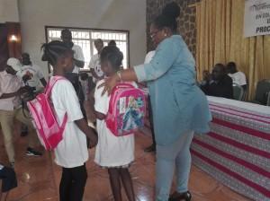 Me Nefertiti Ngudianza transmet de la chaleur maternelle à deux écolières de Matete,bénéficiaires des kits scolaires/Infobascongo