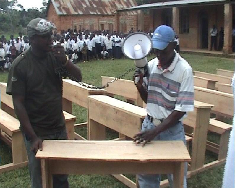 Kasangulu:le gouvernement provincial dote les écoles des bancs