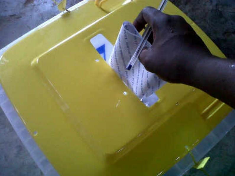 Elections : rudes moments pour un chef de centre accusé de tricherie