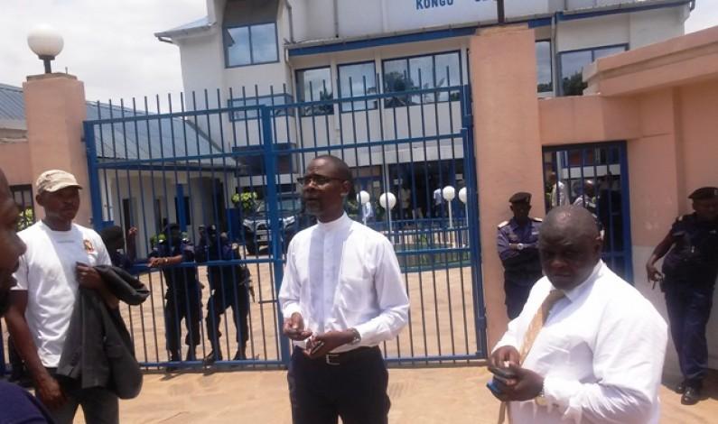 Kongo Central : des policiers empêchent Deo Nkusu et Romains Photo d'accéder à l'Assemblée