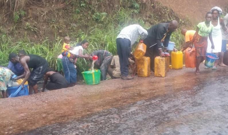Kongo central:des habtitants bravent le danger et profitent d'un accident d'un camion citerne de carburant  vers Manterne pour piller