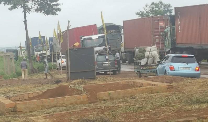 Songololo: des jeunes barricadent la nationale n°1 en guise de soutien au gouverneur Matubuana