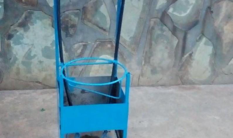Kongo central: des jeunes de Kimpese, inventeurs des lave-mains à pédales, sollicitent le soutien du gouverneur