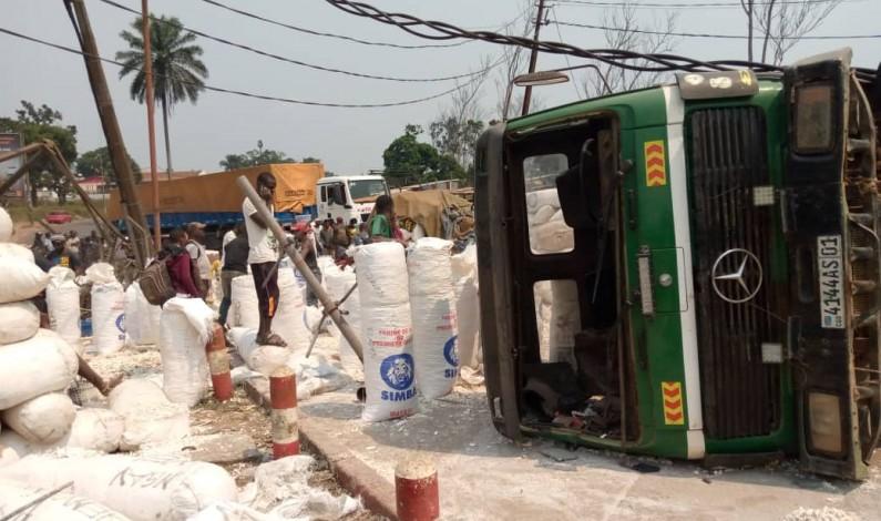 Mbanza-Ngungu: un camion se renverse et tue une personne