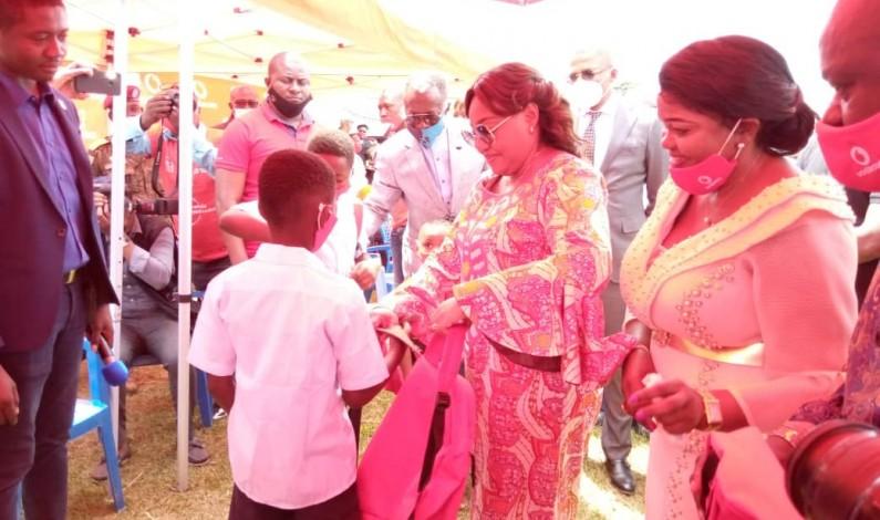 Vodacom et la fondation Denise Nyakeru offrent des kits scolaires aux écoliers de Kola, à Mbanza-Ngungu