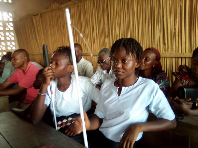 Des aveugles initiés à l'utilisation de la canne blanche à Boma
