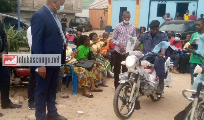 Six motocyclettes, don de Muller Luthelo à la police de Matadi