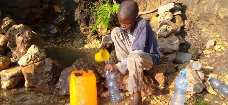 Engloutie par la pluie,les habitants de Kimuingu et Nsona-Nkulu, à Mbanza-Ngungu, sans source peinent à se procurer de l'eau