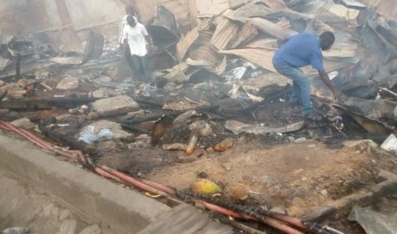 Matadi : un incendie qui serait causé par un joint de chanvre ravage des maisons commerciales à Buima