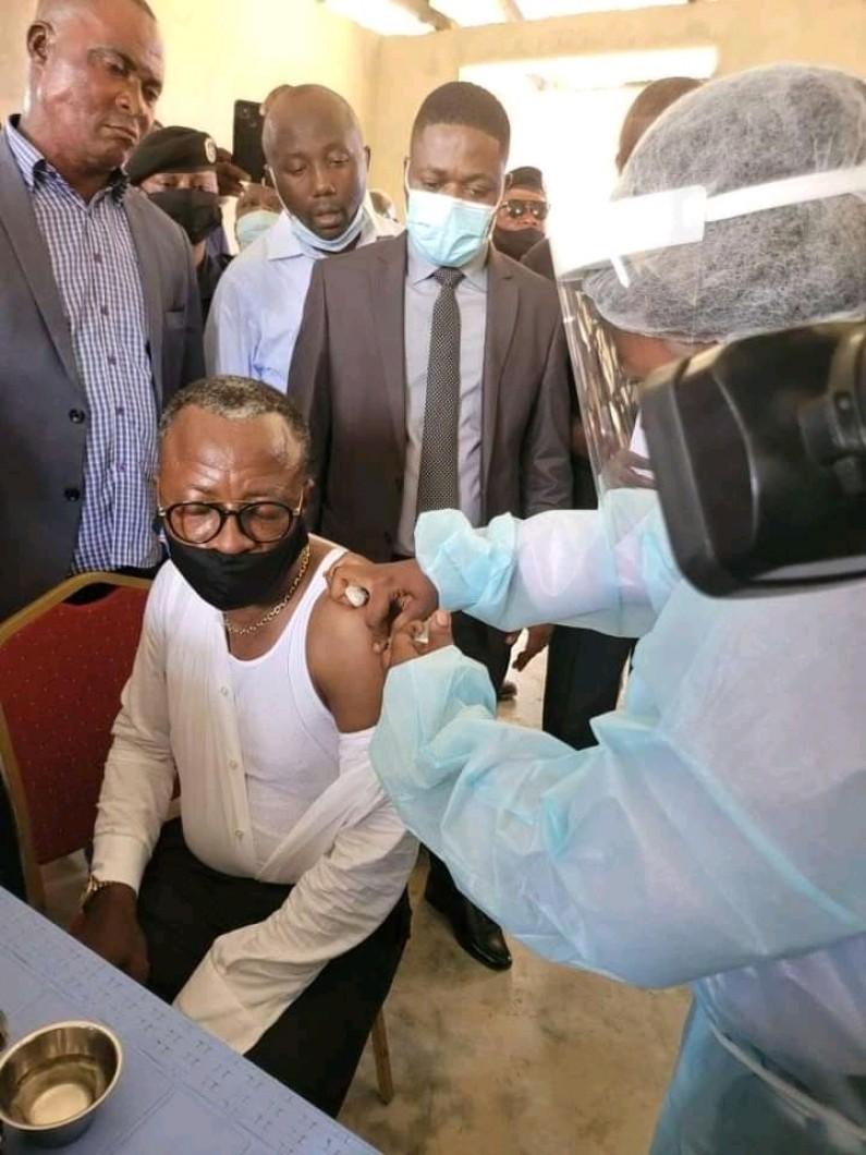 Covid-19 : le gouverneur Atou Matubuana se fait vacciner pour montrer l'exemple
