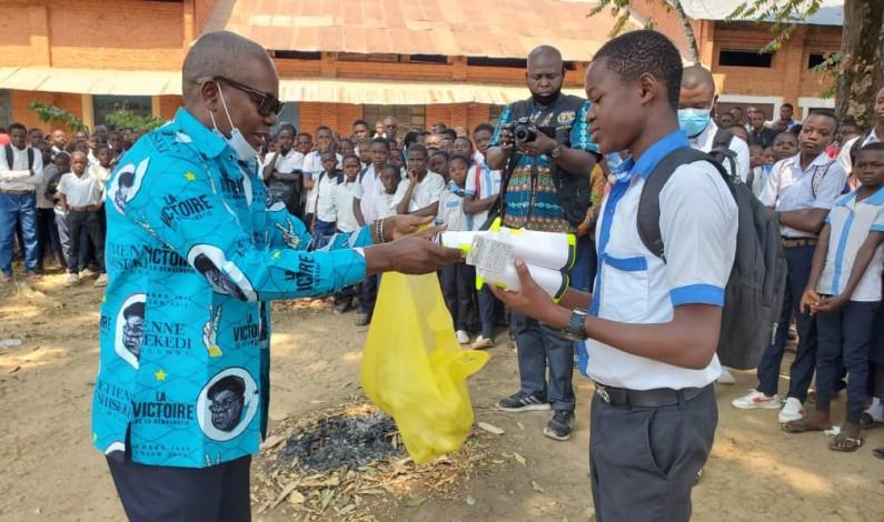 La fondation Jean Bosco Khonde apporte des vivres et non vivres à l'internat de la prestigieuse école de Tumba
