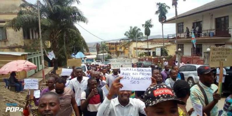 Rentrée des classes : à Matadi, des enseignants dans la rue